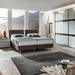 schlafzimmer mit schwebetuerenschrank
